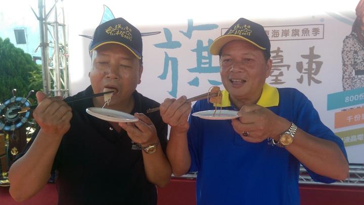 成功鎮長黃博昌(左)大吃旗魚,努力推銷成功旗魚。記者尤聰光/攝影