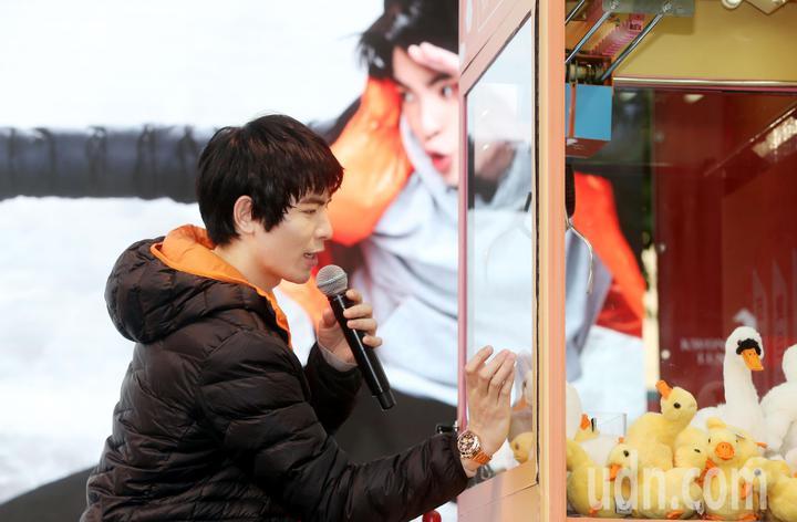 金曲歌王蕭敬騰,現場吹噓自己是「夾娃娃機之王」展示如何玩夾娃娃機的功力,可惜幾次都失敗,一度想要逃跑。。記者林俊良/攝影