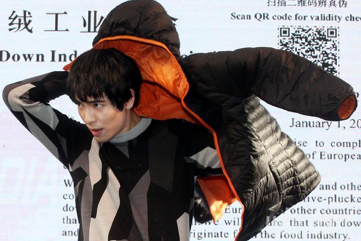 金曲歌王蕭敬騰出席代言並參與設計的全家自有品牌「極輕暖鵝絨外套」,上市記者會。記者林俊良/攝影