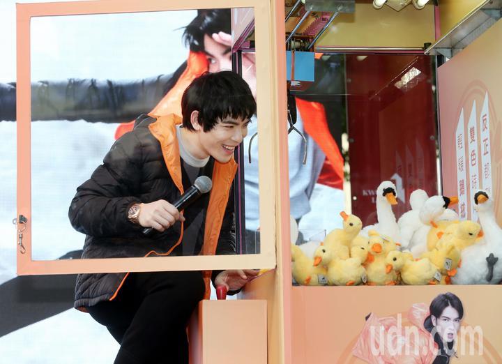 金曲歌王蕭敬騰,現場吹噓自己是「夾娃娃機之王」展示如何玩夾娃娃機的功力,可惜幾次都失敗,乾脆直接開門拿。記者林俊良/攝影