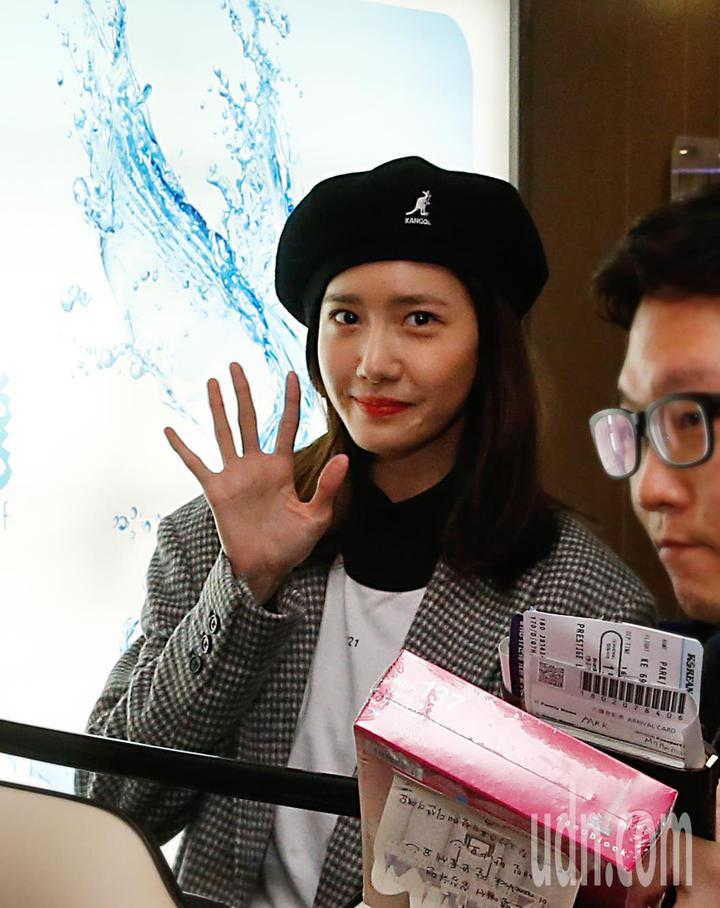 「少女時代」潤娥晚上抵台,她開心地向粉絲們揮手致意。記者鄭超文/攝影