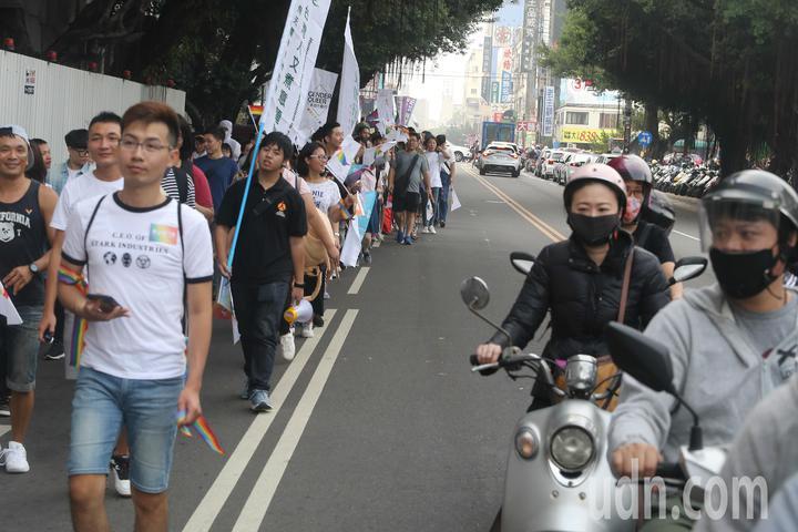 台中同志遊行聯盟在台中市北區台中公園舉辦第八屆活動,民眾打扮成安娜貝爾上街遊行,特別引人注目。記者黃仲裕/攝影