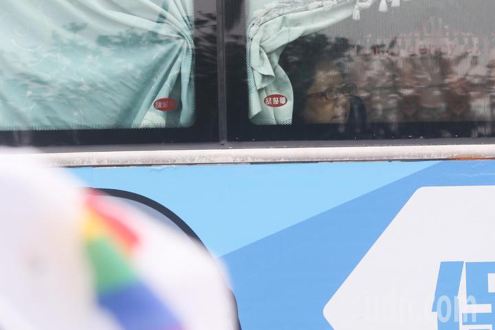 台中同志遊行聯盟在台中市北區台中公園舉辦第八屆活動,公車上民眾好奇觀看。記者黃仲裕/攝影