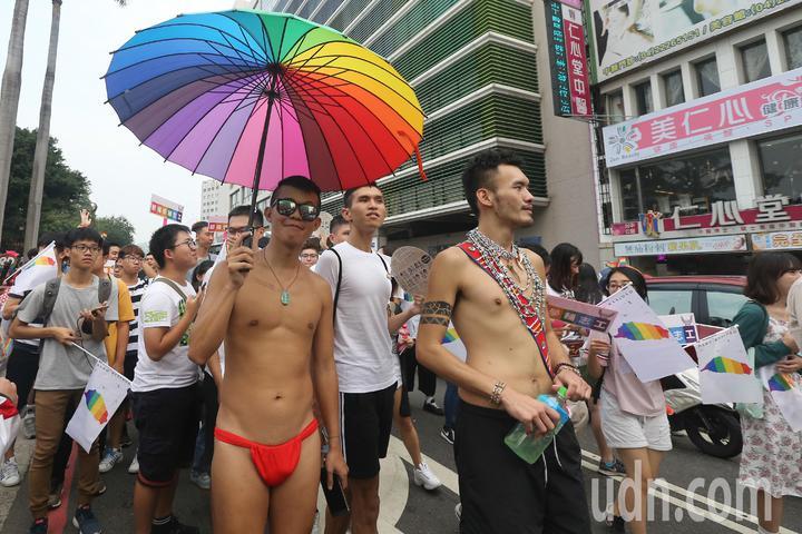 台中同志遊行聯盟在台中市北區台中公園舉辦第八屆活動,不少參加者用心打扮。記者黃仲裕/攝影