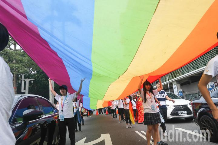 台中同志遊行聯盟在台中市北區台中公園舉辦第八屆活動,有參加者拉起3公尺乘25公尺的巨型彩虹旗,十分吸睛。記者黃仲裕/攝影