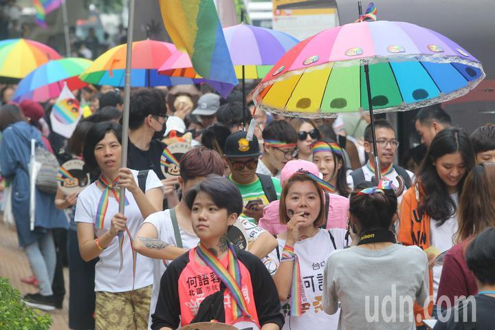 台中同志遊行聯盟在台中市北區台中公園舉辦第八屆活動,歐巴桑聯盟成員撐起蕾絲邊彩虹雨傘響應同志遊行。記者黃仲裕/攝影