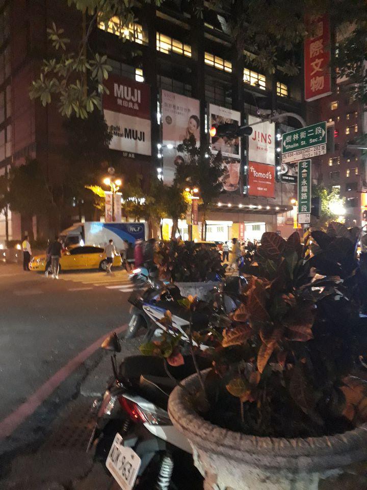 張姓市民質疑百貨公司周年慶周遭道路滿是違停車輛,不見警方取締。記者周宗禎/攝影