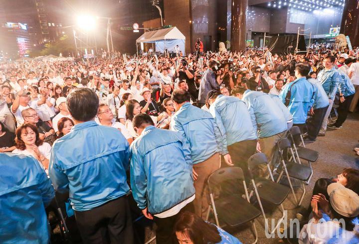 許多北市局處首長出席參加造勢晚會,入場時向眾人揮手鞠躬致意,支持民眾鼓掌歡迎。記者鄭清元/攝影