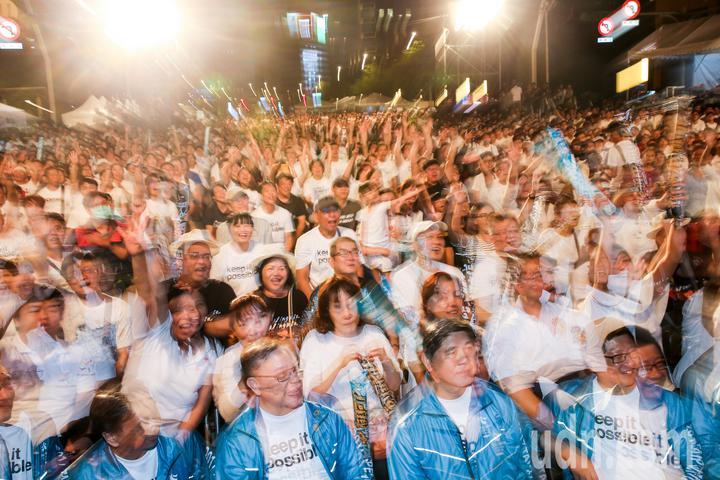 許多支持者前來為柯文哲加油造勢。記者鄭清元/攝影