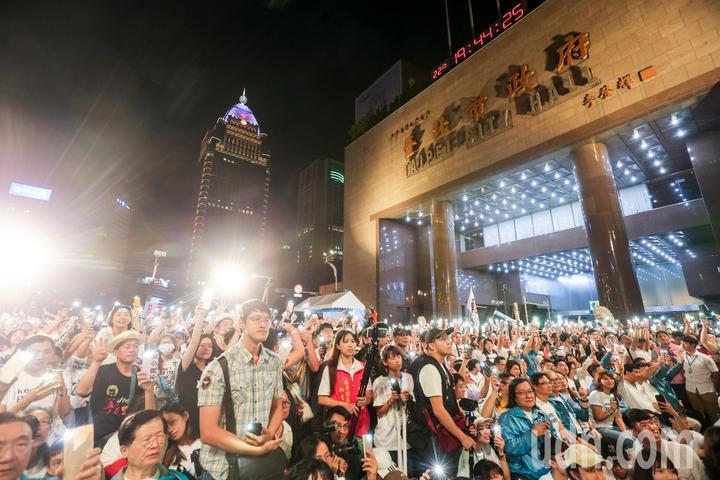 上萬民支持者擠進台北市政府前。記者鄭清元/攝影