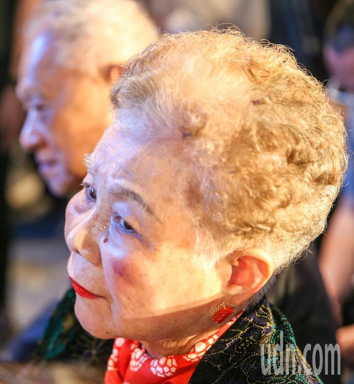柯文哲首場大型競選晚會,柯爸柯媽出席支持,柯文哲在台上致詞時,柯媽在台下坐著聆聽。記者鄭清元/攝影