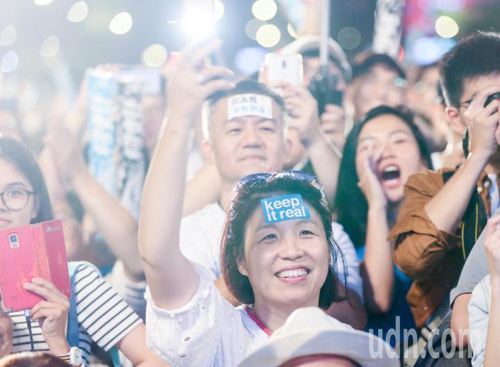 有支持者將競選口號貼在額頭上參加造勢晚會。記者鄭清元/攝影
