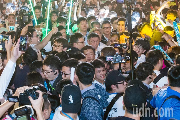 柯文哲大進場時被眾多支持者包圍搶著握手合照,寸步難行。記者鄭清元/攝影