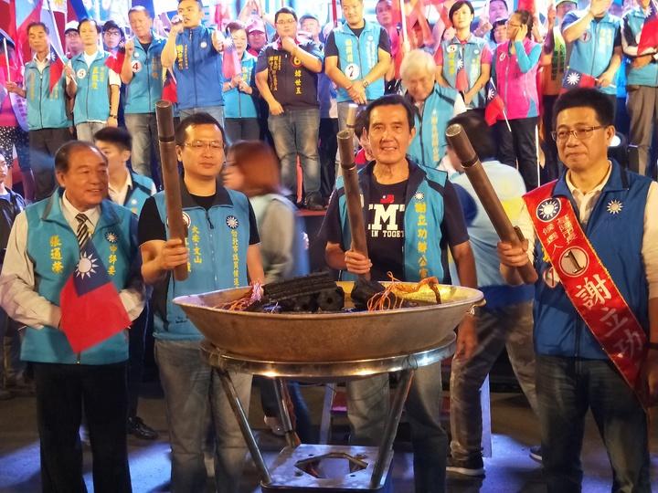馬英九晚間8點半到場,與台北市議員候選人羅智強、前基隆市張通榮和謝立功等人,一起點燃火炬,象徵「勝利之火」。記者游明煌/攝影