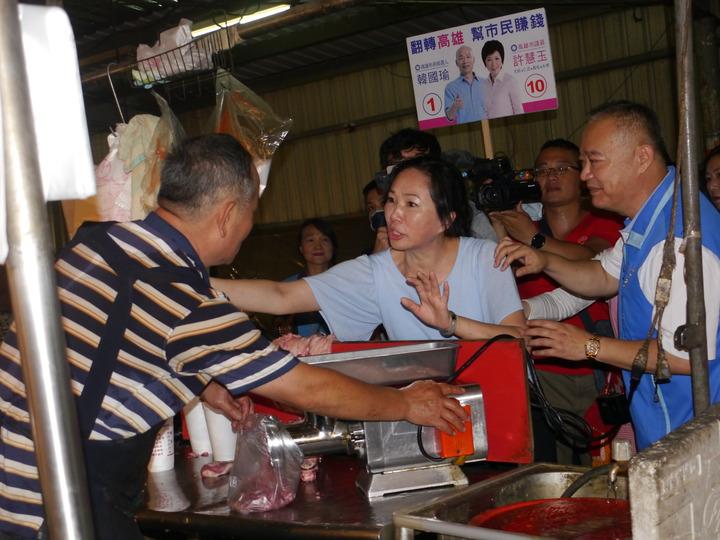 肉販原本以手髒為由婉拒握手,李佳芬直說「沒關係」。記者徐白櫻/攝影