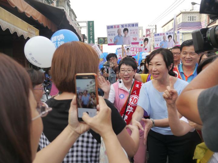 韓國瑜妻子李佳芬在黃昏市場引起騷動,許多人主動要求合照。記者徐白櫻/攝影