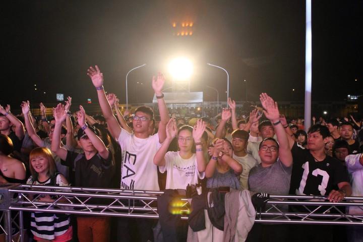 虧雞福來爹(Crazy Friday)》電音趴彰化場,今天傍晚在中山高彰化交流道旁空地引爆,吸引上千年輕人到場,跟著樂音搖擺嗨翻天。記者劉明岩/攝影