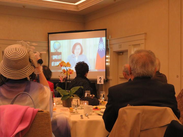 大華府台灣同鄉會慶祝50周年,10日於馬里蘭州一飯店舉行感恩餐會,總統蔡英文透過預錄影片祝賀。華盛頓記者張加/攝影