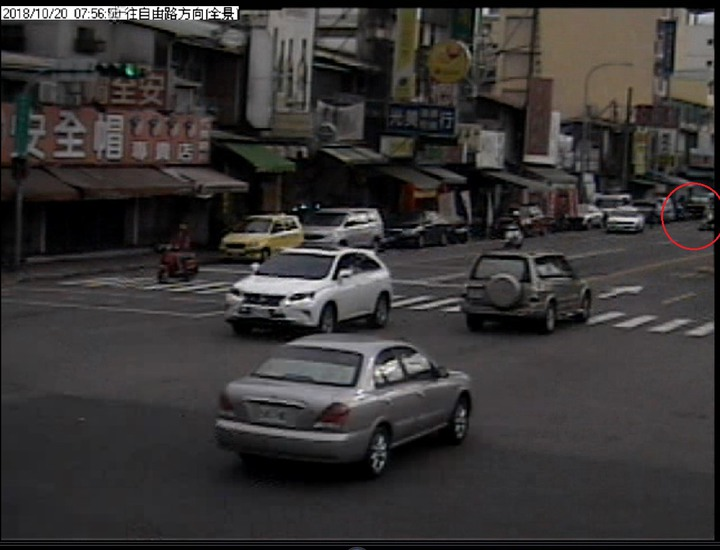 台中市發生阿婆騎車掉魚,害後方機車車禍。記者游振昇/翻攝
