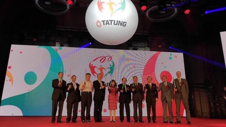 由大同董事長林郭文艷跟與會貴賓,共同拿著光劍祝賀大同百周年慶。記者張義宮/攝影。