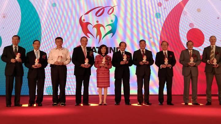 大同百周年慶慶祝儀式上,由大同董事長林郭文艷跟與會貴賓,共同拿著大同100的大同寶寶合影。記者張義宮/攝影。