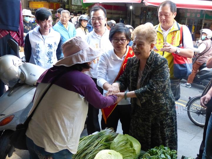 柯媽今天上午陪同無黨籍彰化縣長候選人黃文玲到彰化市三民市場拜票,親切地與攤商、民眾握手,呼籲大家支持黃文玲。記者劉岩/攝影