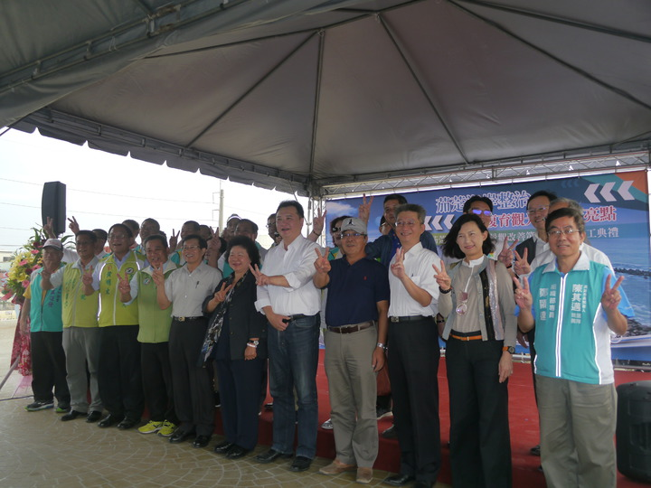 距離選舉只剩8天,參加儀式的來賓有默契地比出YA手勢,替高雄市長候選人陳其邁(2號)拉票。記者徐白櫻/攝影