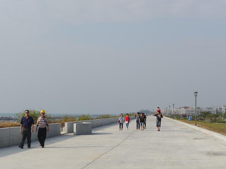 高雄茄萣地區5.8公里海岸線整治完成,民眾在海堤上散步。記者徐白櫻/攝影