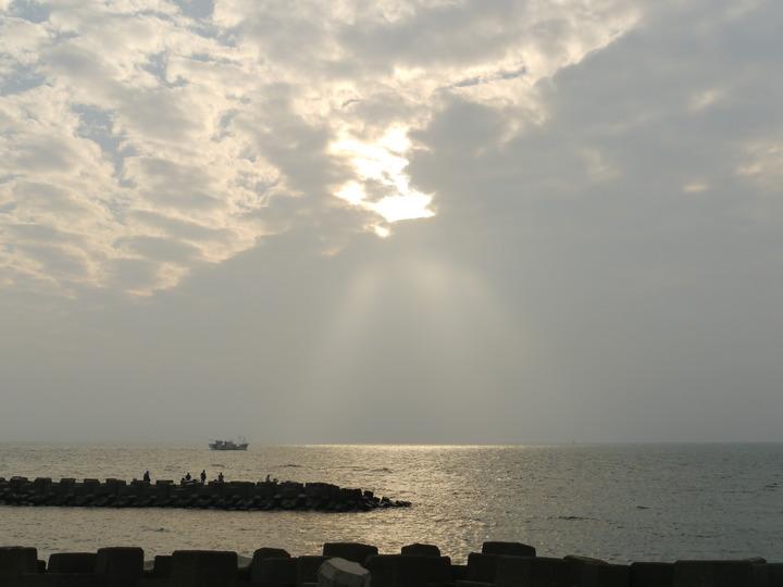 茄萣沿岸海堤可觀賞日落。記者徐白櫻/攝影