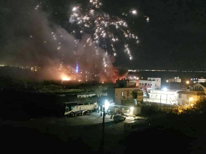 澎湖東衛水庫旁的煙火儲存庫今晚發生火警,煙火四射,宛如花火節再加場。記者林保光/翻攝