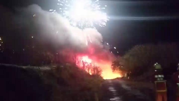 澎湖東衛水庫旁的煙火儲存庫今晚發生火警,消防隊趕抵時煙火四射。記者林保光/翻攝