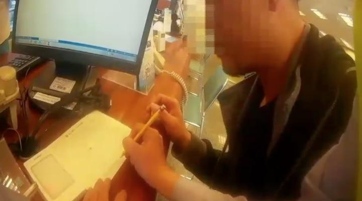 台中市林姓男子是瘖啞人士,他14日下午遭歹徒詐騙,警方獲報後利用紙筆阻詐。記者陳宏睿/翻攝