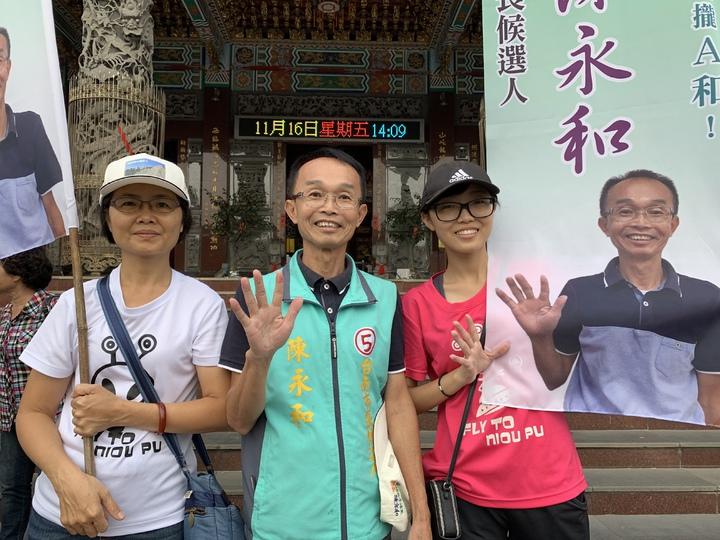 陳永和(中)與妻女組成拜票「三口組」。記者吳淑玲/攝影