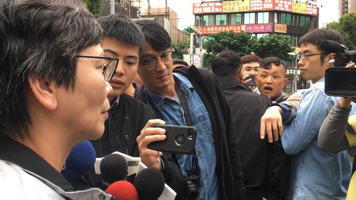 蔡壁如在等待接送車輛時,陳峻涵幾度上前追問。記者李隆揆/攝影
