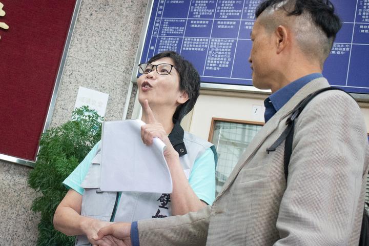 台北市市政顧問蔡壁如與台灣國辦公室主任陳峻涵原訂於今(17)日下午1時30分在市警局大安分局進行對談,但因雙方認知不同而取消,兩人在媒體面前公開發言後離場。記者李隆揆/攝影