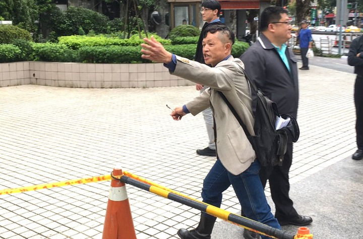 眼看蔡壁如離去,陳峻涵一度情緒激動,並用閩南語說:「拎北抓狂了啦!」記者李隆揆/攝影