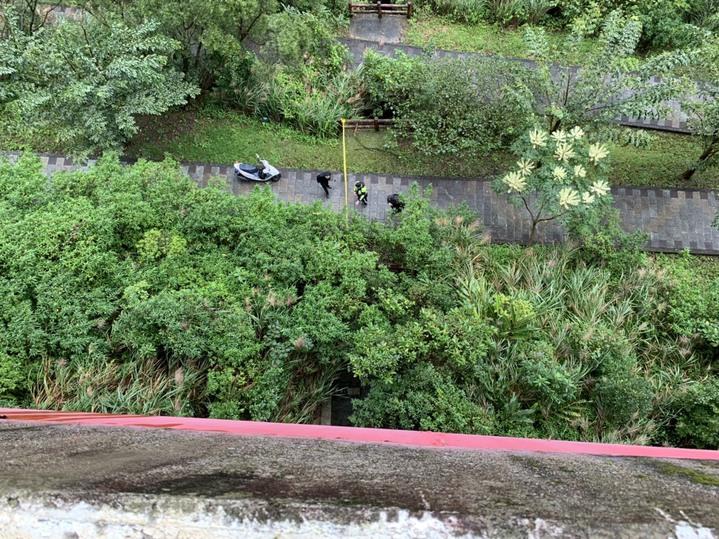 新北市消防局今天下午獲報,汐止區汐萬路3段彩虹橋下發現疑似民眾路倒,消防人員及警方到場,發現一名男子倒在橋下水溝裡,已明顯死亡。記者王長鼎/翻攝