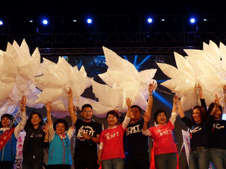 國民黨台中市長候選人盧秀燕(中)昨晚在豐原舉辦「翻轉台中,飛燕啟程」造勢晚會,高喊「1124救空氣」、「1124救經濟」,並施放飛燕氣球,象徵「飛燕啟程」。記者趙容萱/攝影