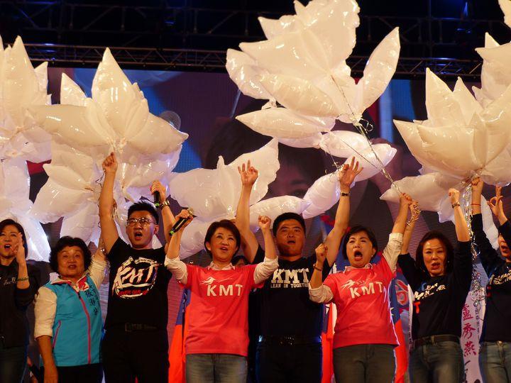 國民黨台中市長候選人盧秀燕(中)今晚在豐原舉辦「翻轉台中,飛燕啟程」造勢晚會,高喊「1124救空氣」、「1124救經濟」,並施放飛燕氣球,象徵「飛燕啟程」。記者趙容萱/攝影