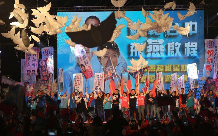 國民黨台中市長候選人盧秀燕今晚在豐原舉辦「翻轉台中,飛燕啟程」造勢晚會,高喊「1124救空氣」、「1124救經濟」,並施放飛燕氣球,象徵「飛燕啟程」。記者趙容萱/攝影
