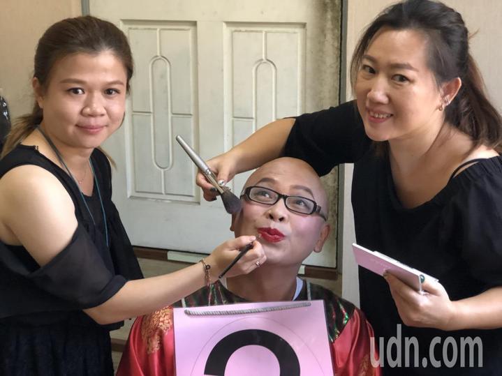 嘉義市長選舉公辦政見會今天在世新電視台錄影,登場前,化妝師為4名候選人上妝。記者王慧瑛/攝影