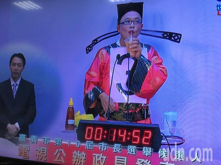 黃宏成台灣阿成世界偉人財神總統著財神裝登場,大玩「時事梗」,準備鈔票、煎粿、蜂蜜檸檬、玫瑰花束等道具,邊吃邊講,連唱多首歌曲,風格有些無厘頭。記者王慧瑛/攝影
