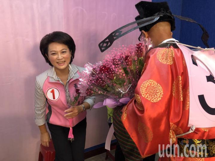 無黨籍黃宏成台灣阿成世界偉人財神總統不改搞怪本性,送花給3名對手。記者王慧瑛/攝影