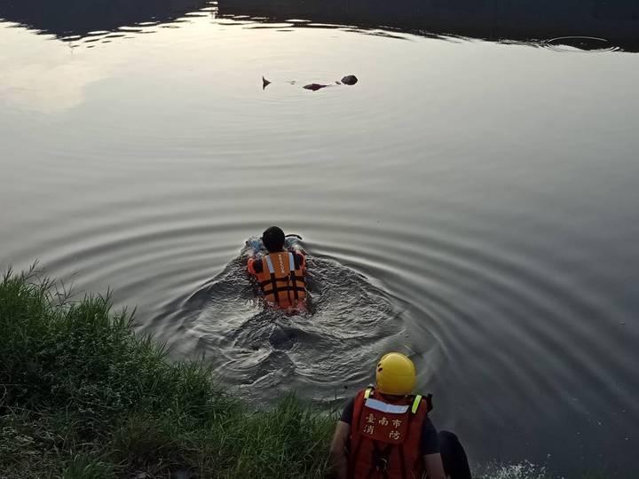 台南市灣裡消隊分隊員邱建銘(中)、林毓智(下)先後下水搶救溺水婦人。記者黃宣翰/翻攝