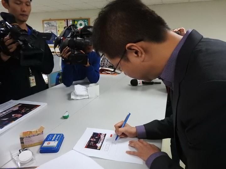 民進黨立委張宏陸今天上午到新北市選委會檢舉侯友宜違法公布民調。記者祁容玉/攝影
