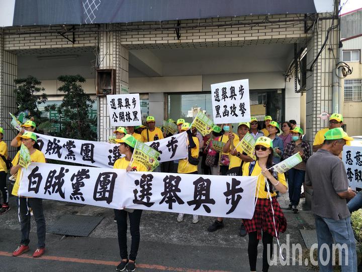 趙昆原支持者在民進黨新營黨部拉布條抗議。記者謝進盛/攝影