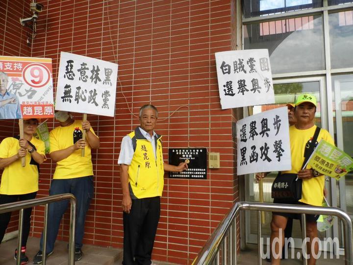 趙昆原前往台南地檢署新營辦公室按鈴控告民進黨台南市黨部。記者謝進盛/攝影