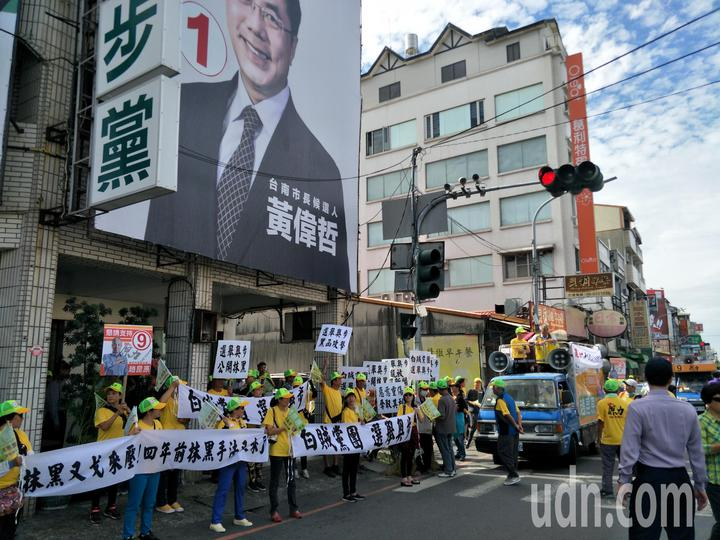民進黨台南新營黨部遭趙昆原支持者拉布條。記者謝進盛/攝影