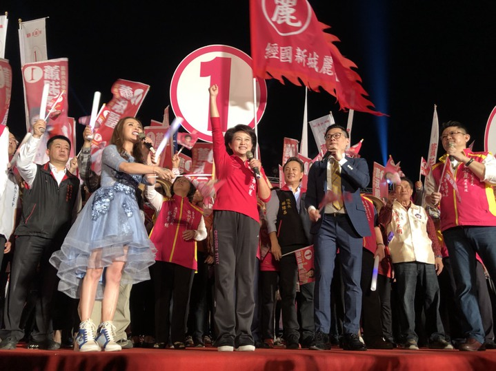 無黨籍嘉義市長候選人蕭淑麗今晚辦市民大團結之夜,讓緊繃選情再掀起一波高潮。記者王慧瑛/攝影
