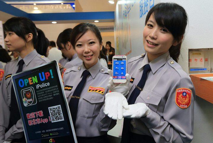 警花所長張惠慈(中)是「iPolice」APP推廣大使。記者袁志豪/翻攝